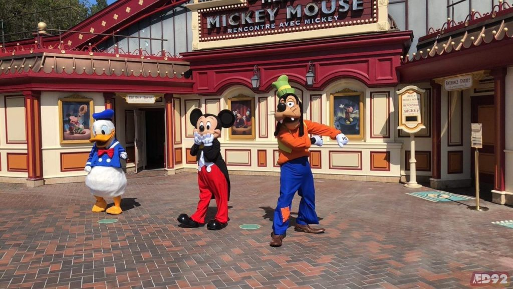 Donald, Mickey et Dingo in front of meet Mickey Mouse