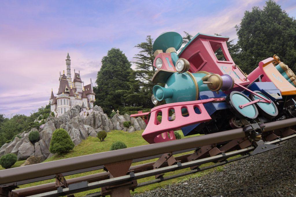 La locomotive de Casey devant la miniature du château de la belle et la bete