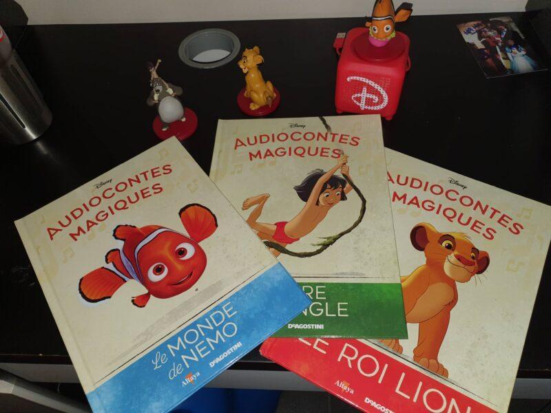 Trois livres sont posés sur une table: Le monde de Némo, le Roi Lion et le livre de la jungle