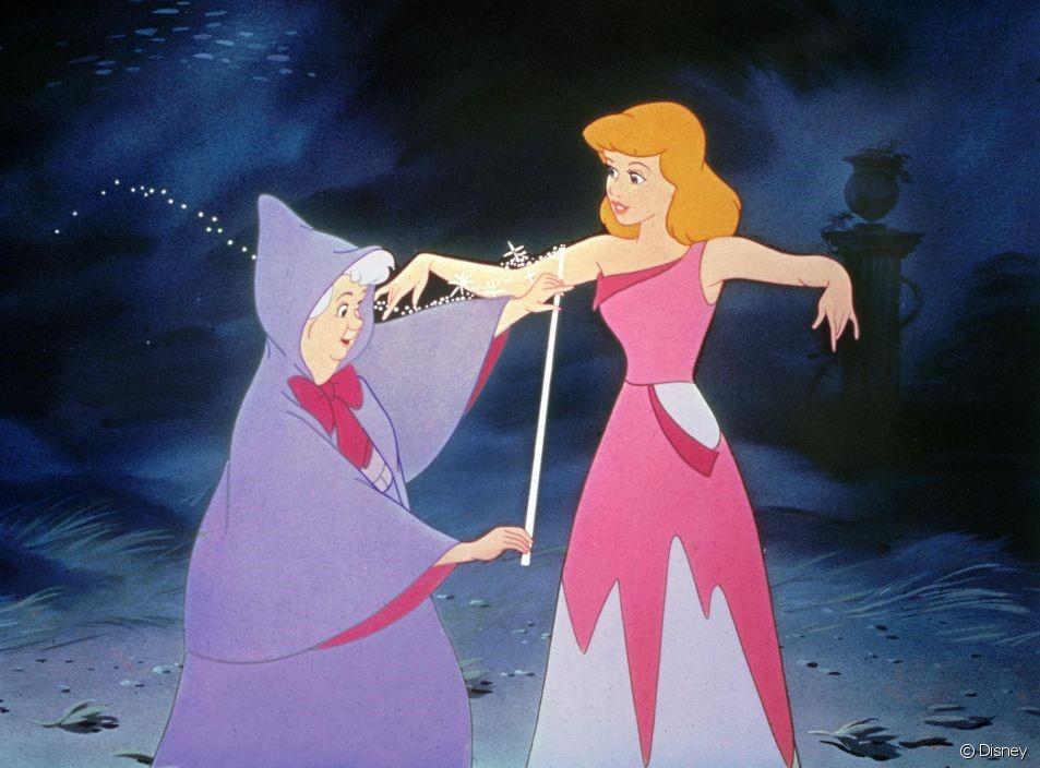La marraine la bonne fée mesure Cendrillon avec sa baguette pour confectionner sa robe