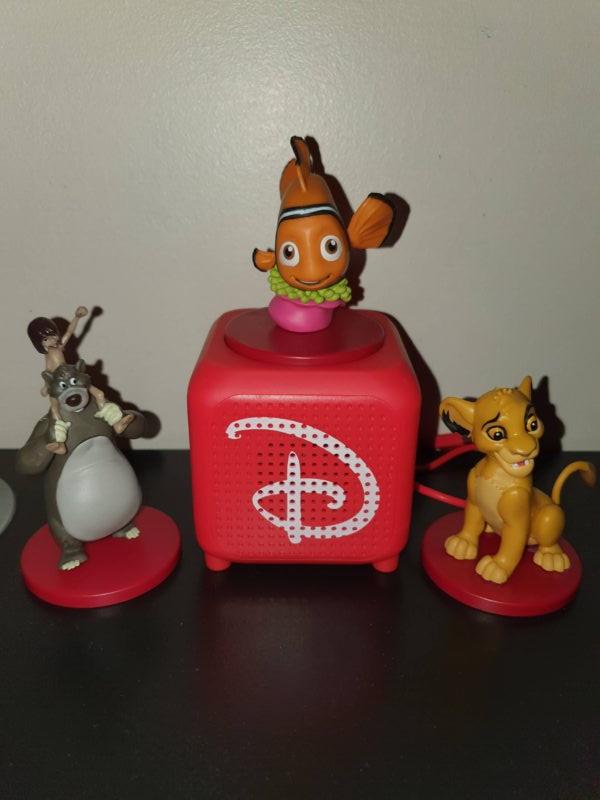 L'enceinte rouge est ampillée du fameux « D » Disney, une figurine de Nemo est posé sur l'enceinte, à côté deux autres figurines baloo et Simba