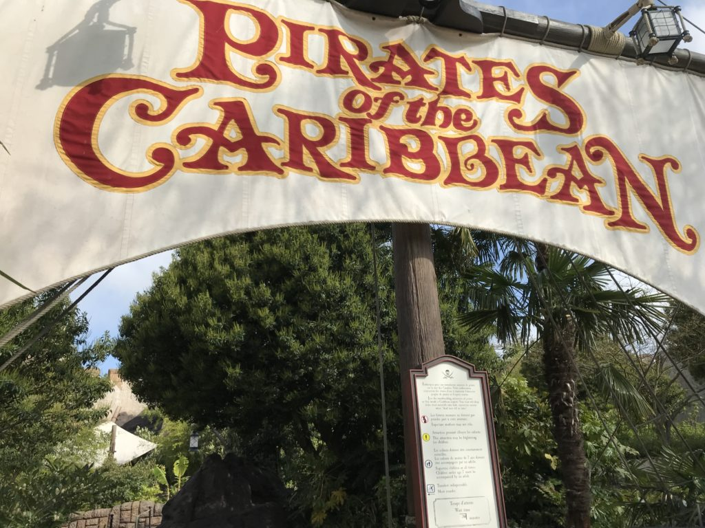 Entrée de l'attraction Pirates of the Caribbean, elle représente une voile et un mat de bateau