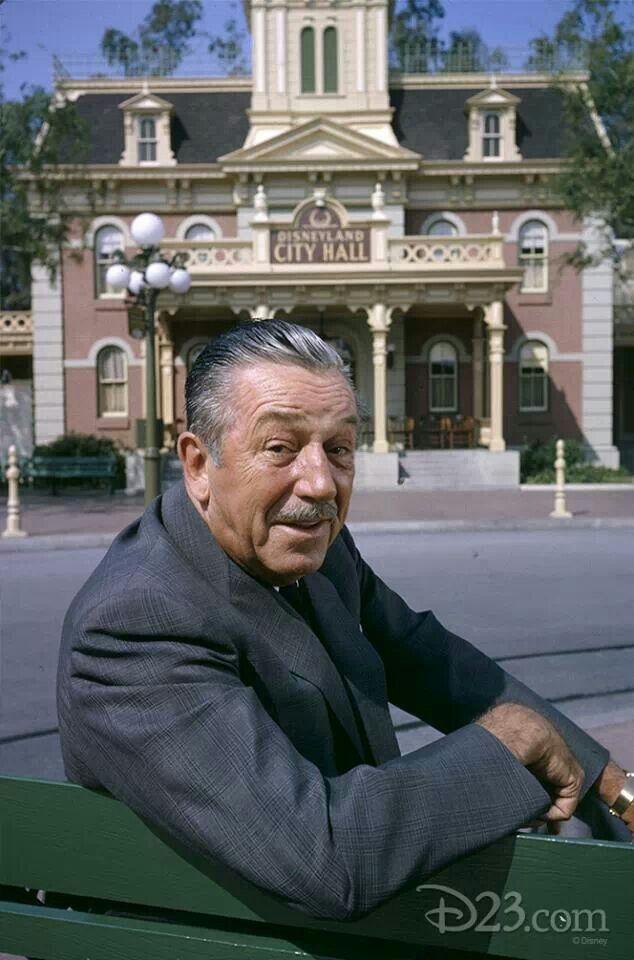 Walt Disney sur assis sur un main Street Usa