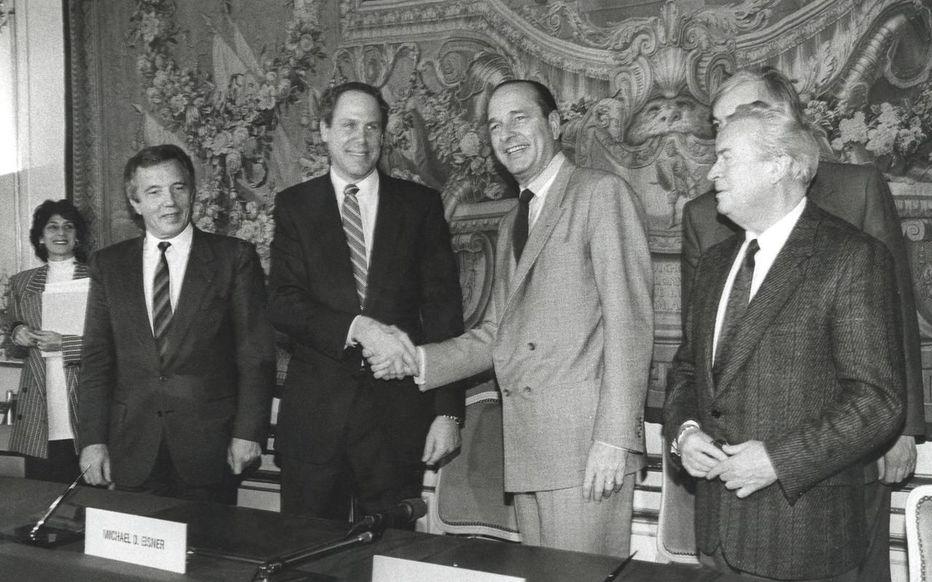 Poignée de main entre Michael Eisner et Jacques Chirac à l'occasion de la signature de la convention d'Euro Disneyland.