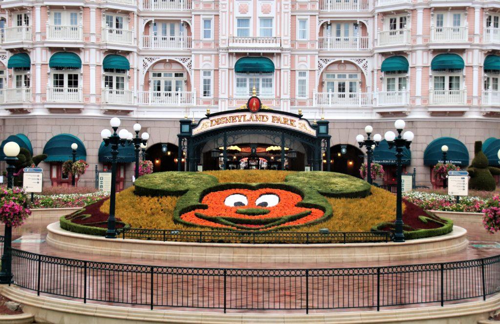 L'entrée du Disneyland Park, avec le parterre en forme de tête de Mickey.