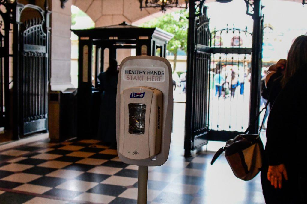 un distributeur de gel hydro-alcoolique à l'entrée du Disneyland Park