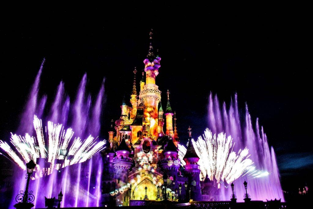 Spectacle nocture sur le château de la belle au bois dormant à Disneyland paris: feux d'artifices et mapping