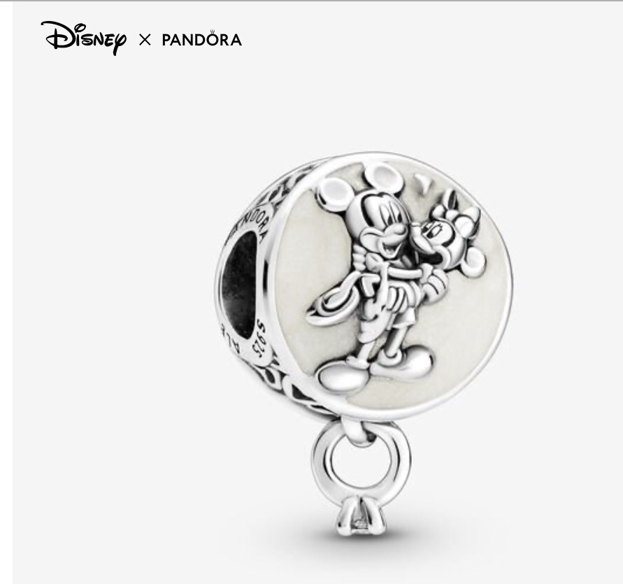 charm rond Pandora x Disney mickey portant minnie dans ses bras