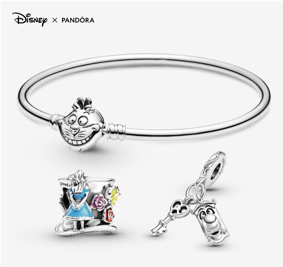 Bracelet jonc avec la tête du Chafouin et deux charms Alice aux pays des Merveilels.