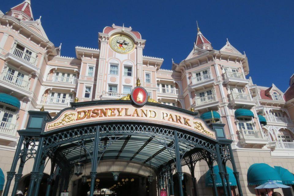 Entrée du parc Disneyland sous le Disneyland Hotel