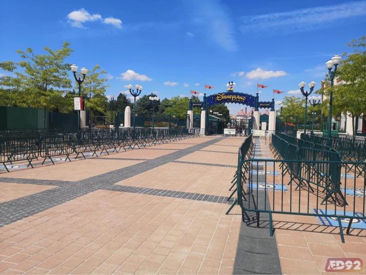 L'entrée de Disneyland Paris avec des barrières pour canaliser la foule. Il n'y a personne