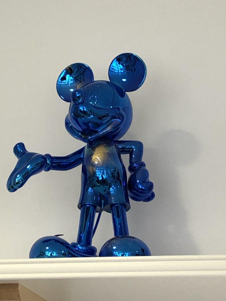 Une sculpture de mickey bleue