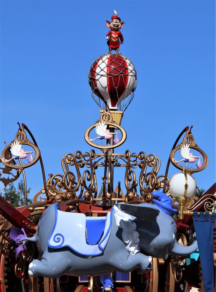 L'attraction Dumbo, surmonté de Timothée