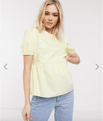 Une femme porte un haut jaune et  jean