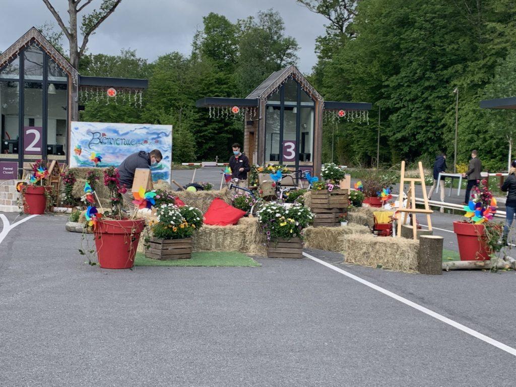 Un décor provisoire est installé. il est composé de pailles et de bacs de fleurs.