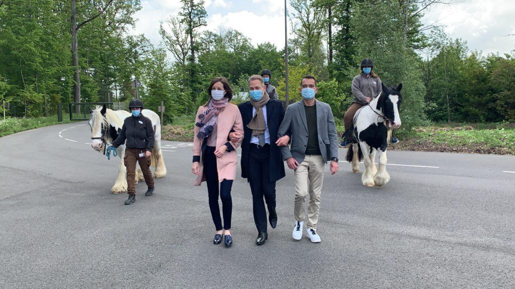 Arrivée des responsables, des cavaliers les accompagnent.