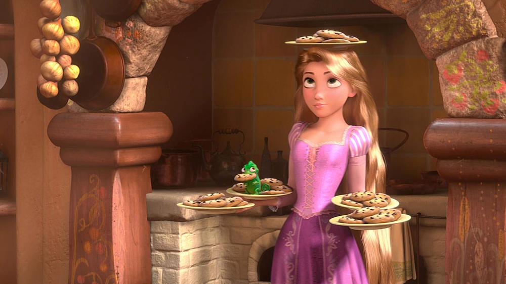 Raiponce tient plusieurs assiettes de cookies.