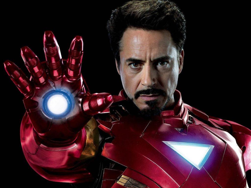Robert Downey Junior dans l'armure Iron Man; Il ne porte pas de casque et pointe son faisceau face à lui