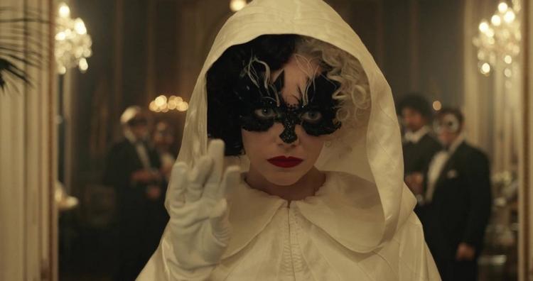 Portrait de Cruella elle porte un loup et une capelline