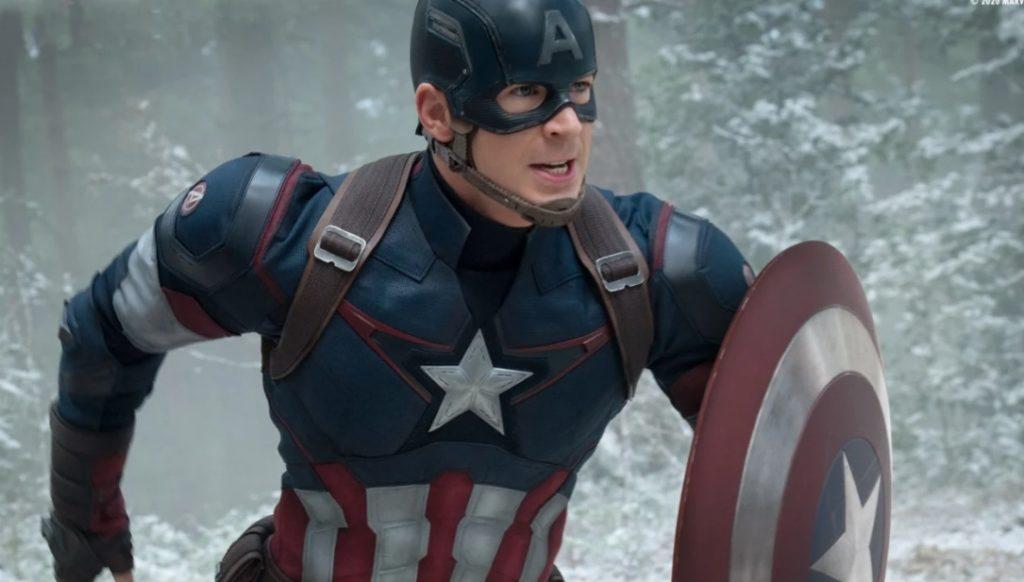 L'acteur Chris Evans dans le costume de Captain America, bouclier à la main et entrain de courir