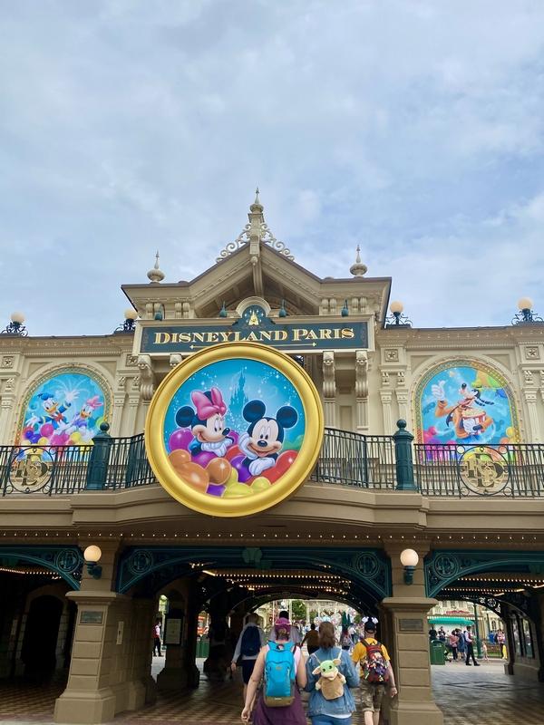 L'entrée de Disneyland Paris , la gare de main street avec un portrait géant de mickey et minnie