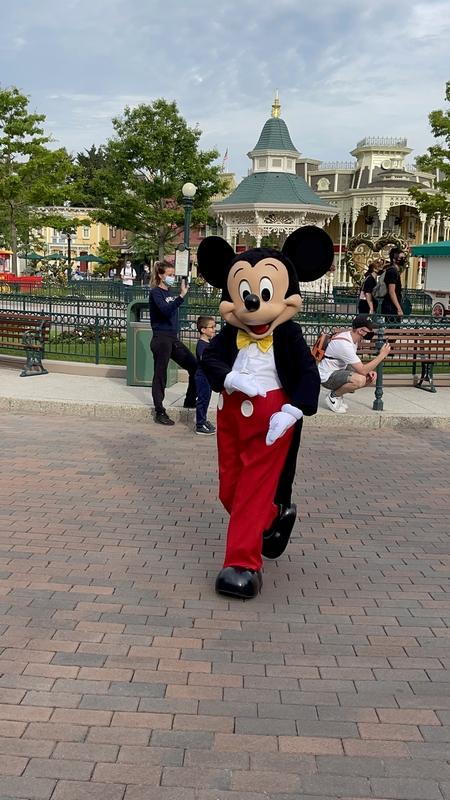 Mickey accueille les guests à Disneyland Paris