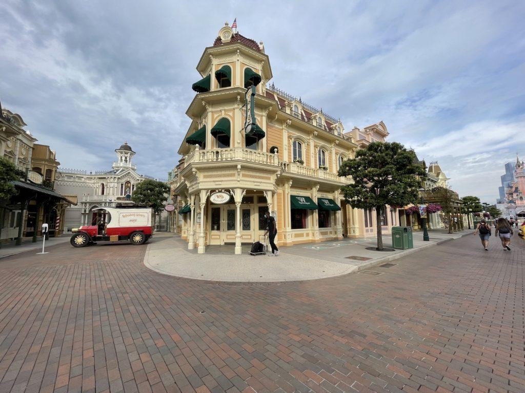 La façade du restaurant Walt's à Disneyland paris