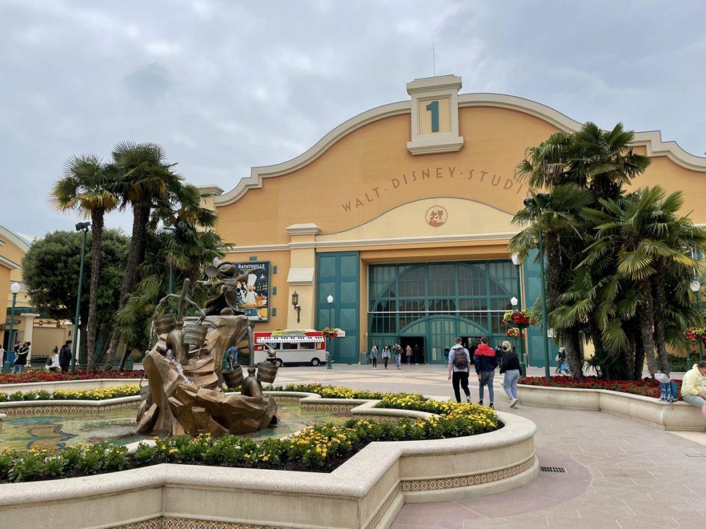 L'entrée des Walt Disney Studios avec la fontaine de mickey et l'apprenti sorcier