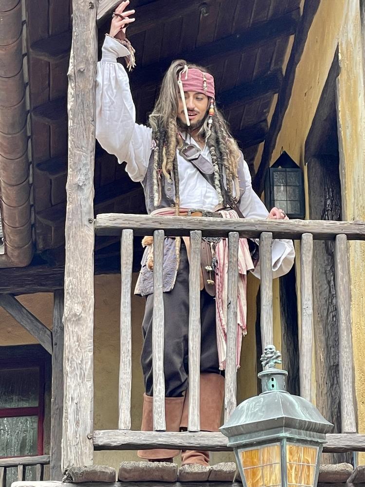 Jack Sparrow nous salue depuis un balcon