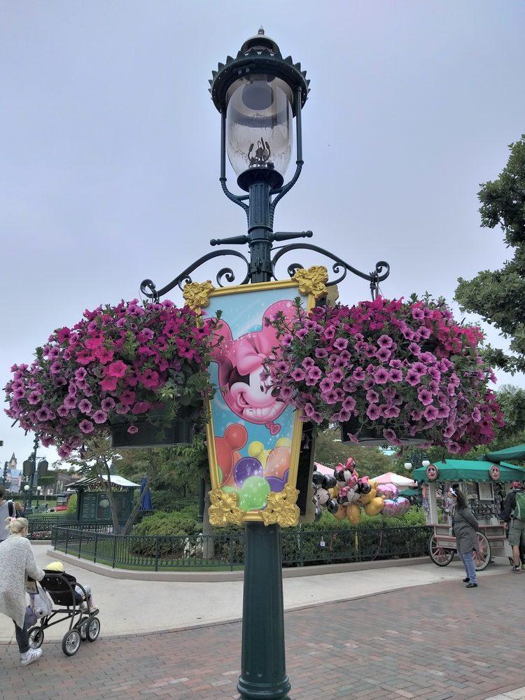 Un fanion et des corbeilles de fleurs décorant un lampadaire sur Main Street
