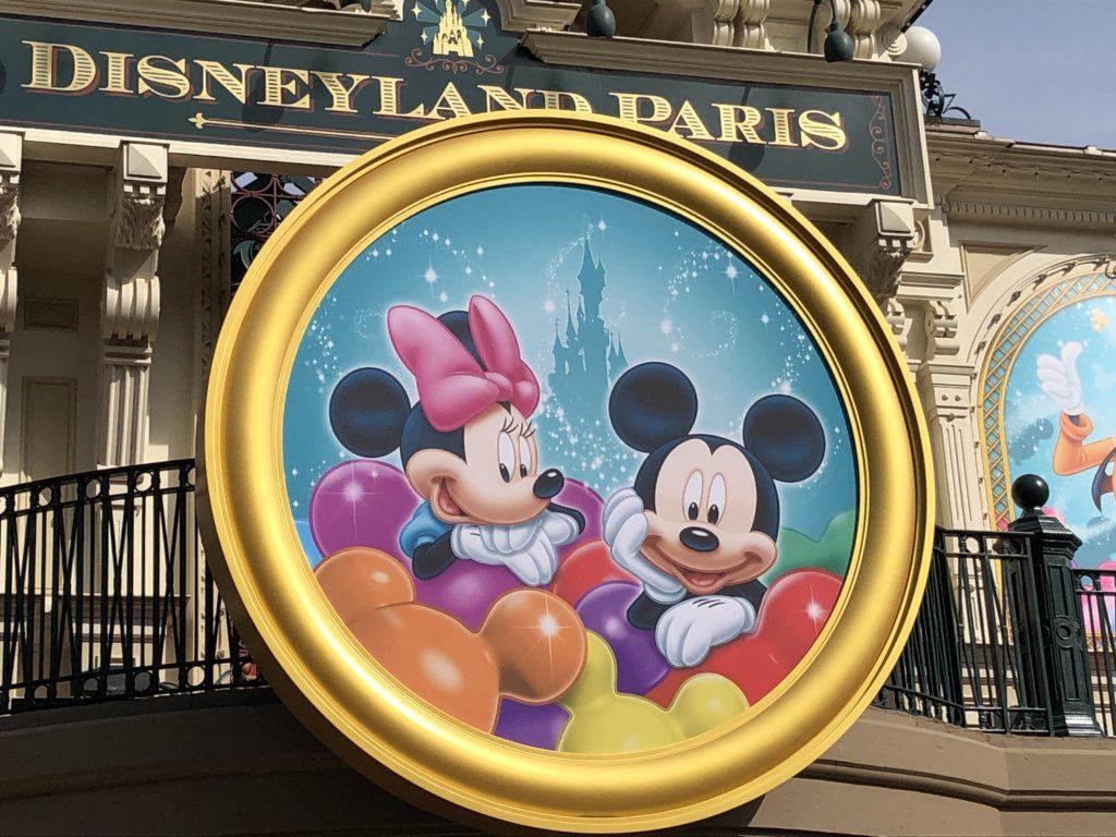 Le médaillon géant sur la gare de main Street Usa, à l'éffigie de Mickey et minnie à Disneyland Paris