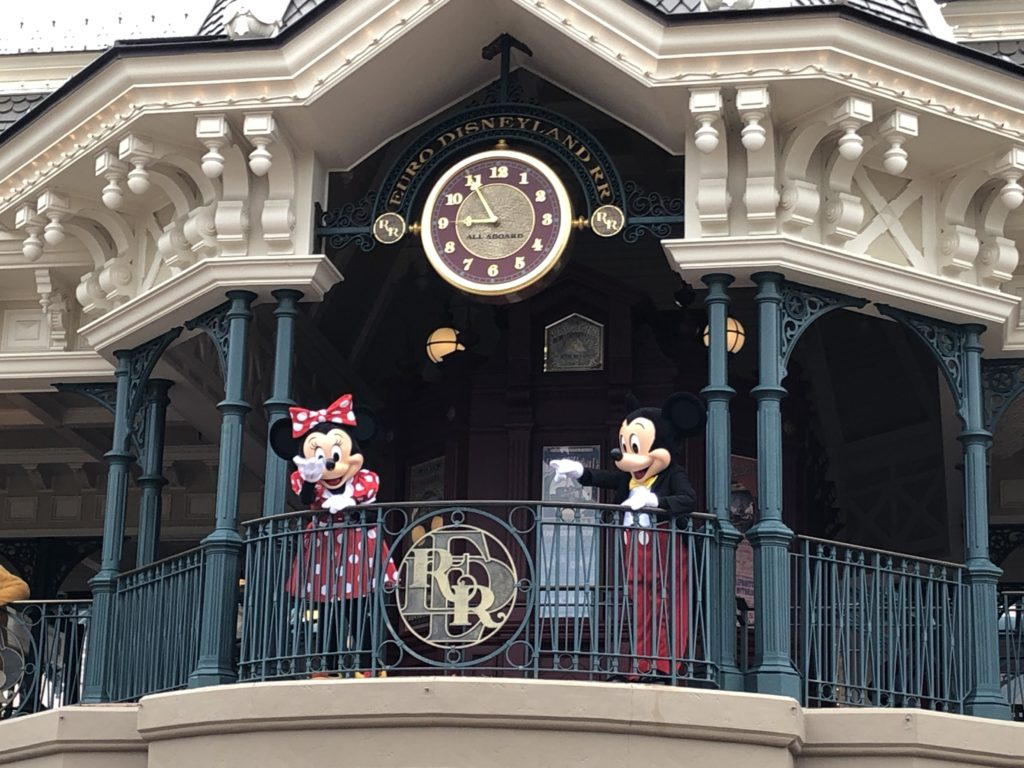 Mickey et Minnie dans la gare de Main Street Usa