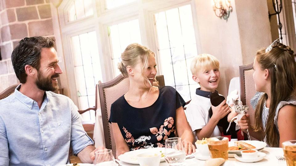poly-allergique à disneyland Paris, une famille autour d'un repas