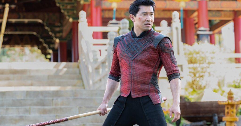L'acteur Simu Liu en costume sur le tournage du film