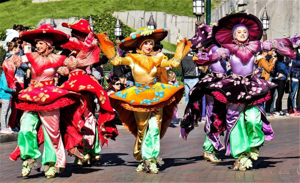 Des danseurs en costume pendant la parade vive la vie