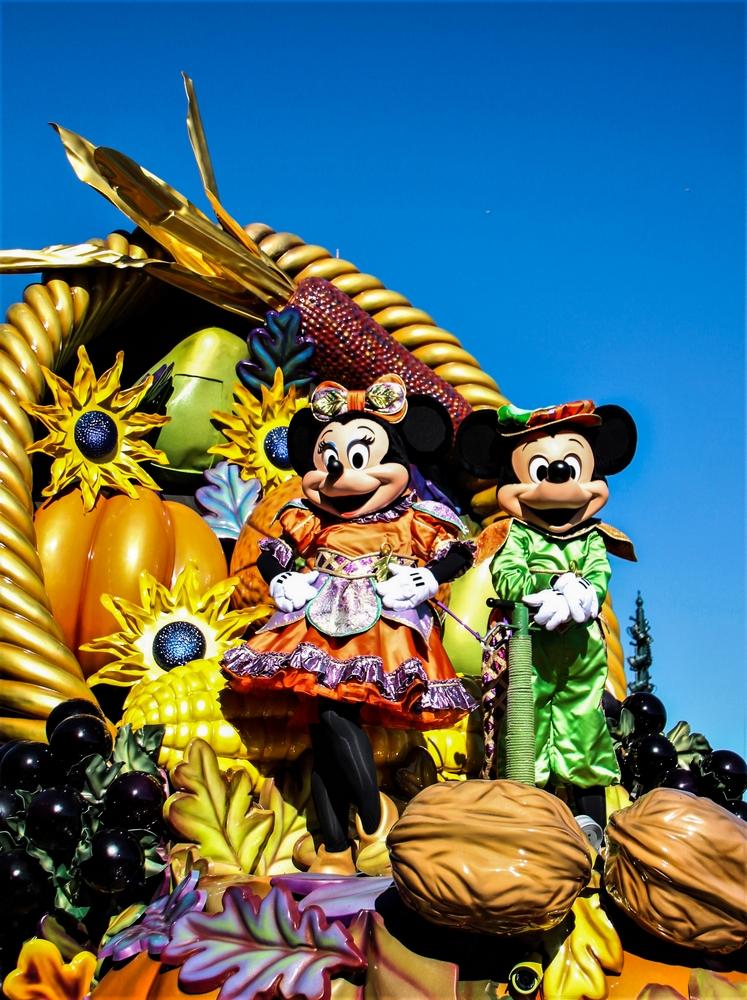 Mickey et minnie sur un char pendant la parade vive la vie